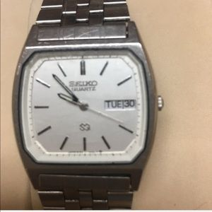 MEN'S SEIKO QUARTZ WATCH WITH WHITE FACE AND DATE